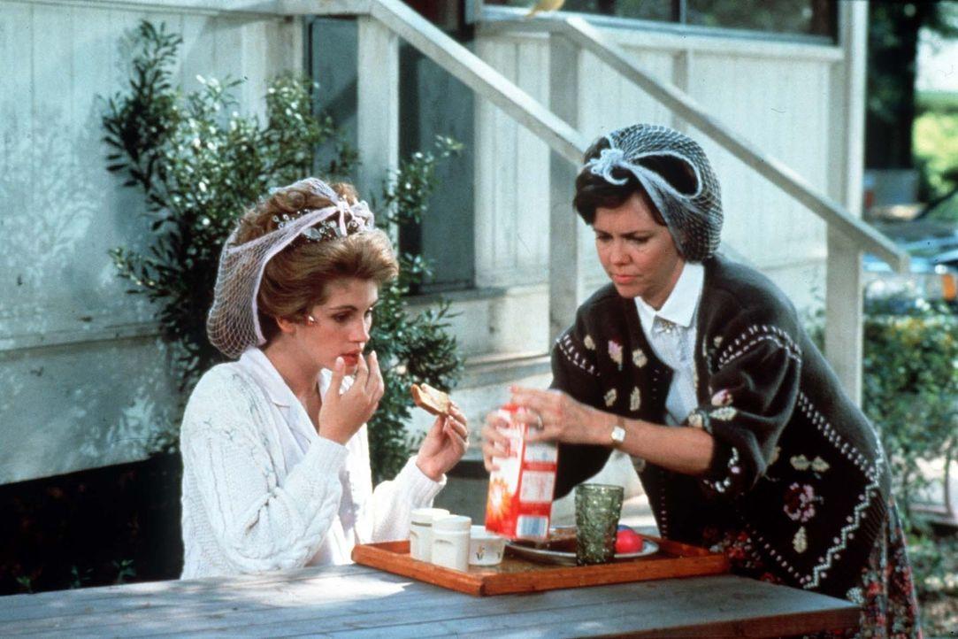 Shelby (Julia Roberts, l.) heiratet heute: Die besorgte Mutter (Sally Field, r.) stärkt ihre Tochter vor dem großen Ereignis ... - Bildquelle: TriStar Pictures