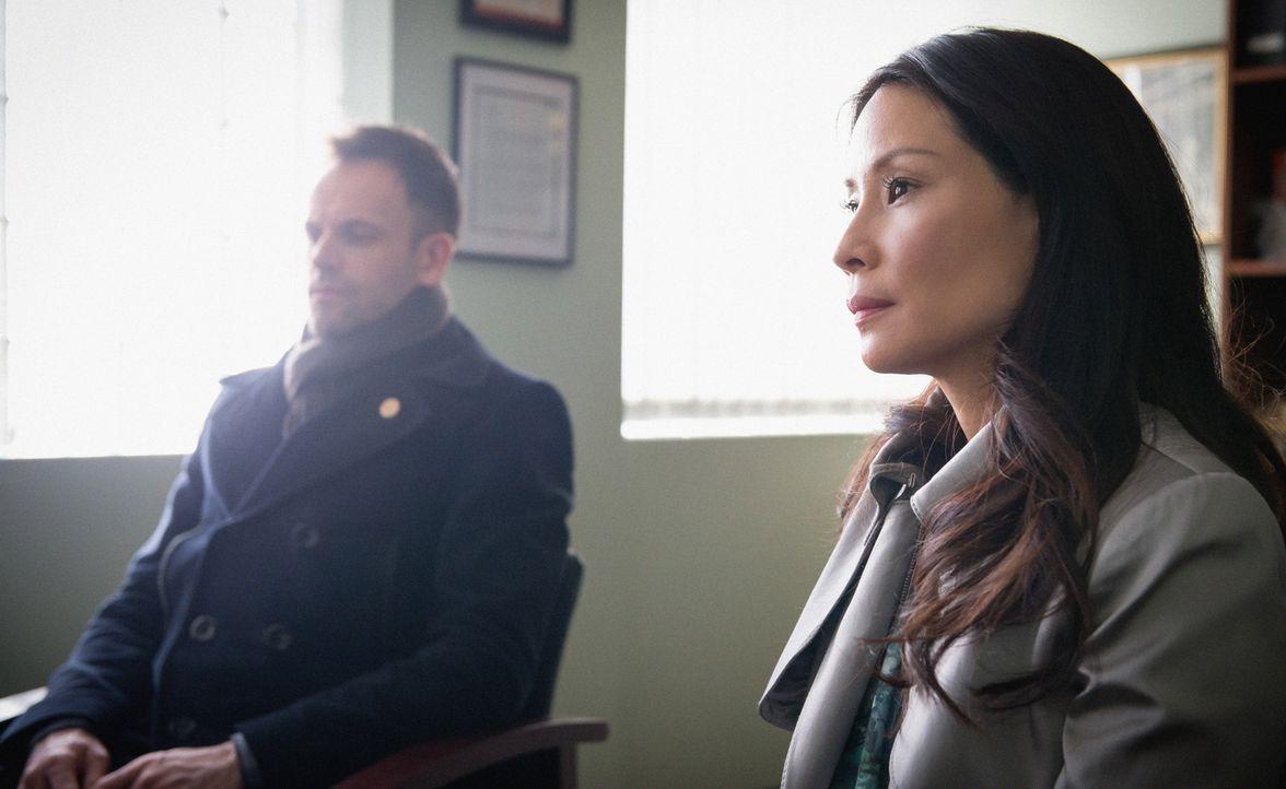 Holmes (Jonny Lee Miller, r.) wird der Mord an einer Frau vorgeworfen, die zu der Zeit ermordet wurde, als er noch seine Drogenprobleme hatte. Wird... - Bildquelle: CBS Television