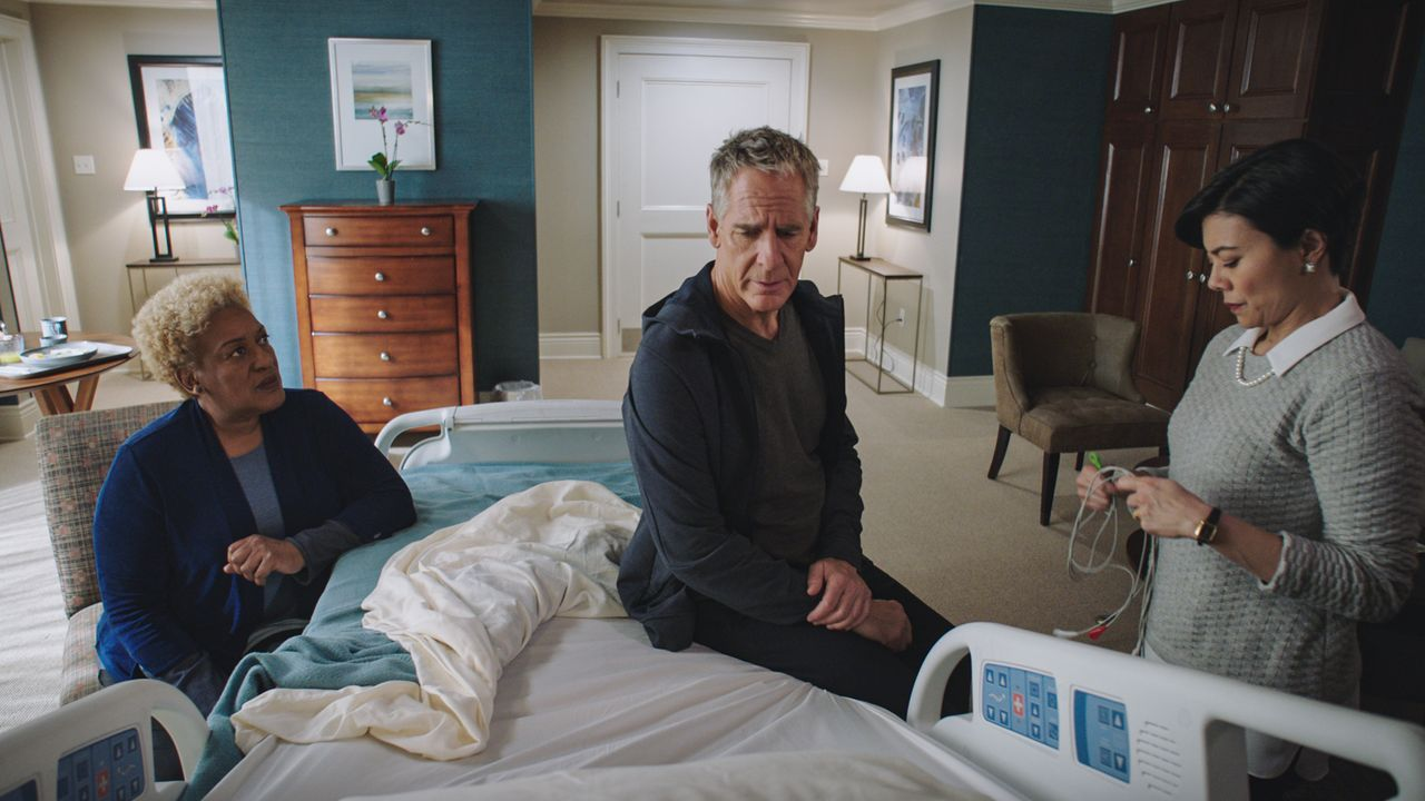 (v.l.n.r.) Dr. Loretta Wade (CCH Pounder); Special Agent Dwayne Pride (Scott Bakula); Dr. Beth Tanaka (Angel Desai) - Bildquelle: Sam Lothridge 2019 CBS Broadcasting Inc. All Rights Reserved. / Sam Lothridge