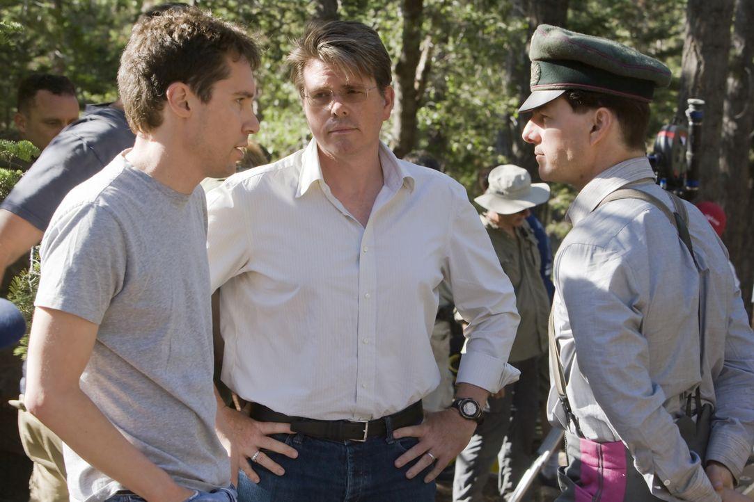 Regisseur Bryan Singer (r.) und sein Hauptdartseller Tom Cruise (l.) ... - Bildquelle: Phil Bray 2008 Metro-Goldwyn-Mayer Studios Inc.