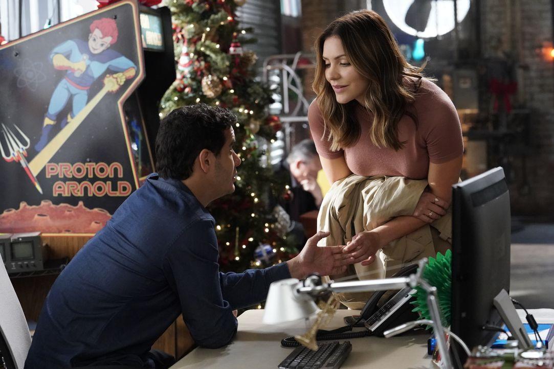 Als sich Walter (Elyes Gabel, l.) dazu entschließt, Weihnachten nicht mit Paige (Katharine McPhee, r.) verbringen zu wollen, weil er arbeiten will,... - Bildquelle: Bill Inoshita 2017 CBS Broadcasting, Inc. All Rights Reserved. / Bill Inoshita