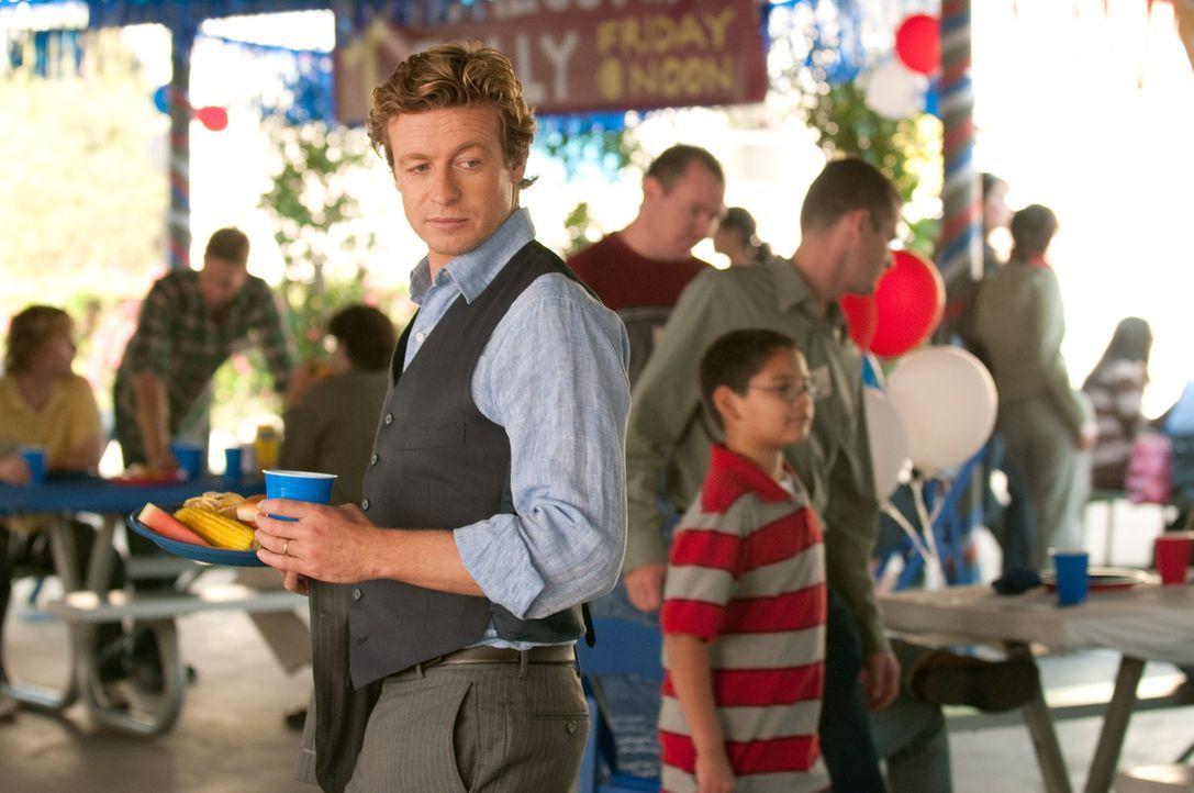 Arbeitet an einem neuen Fall: Patrick Jane (Simon Baker) ... - Bildquelle: Warner Bros. Television