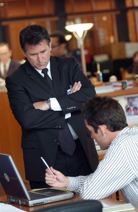 Jack Malone (Anthony LaPaglia, l.) und Danny Taylor (Enrique Murciano, r.) sind dem Kidnapper eines kleinen Jungen auf der Spur ... - Bildquelle: Warner Bros. Entertainment Inc.