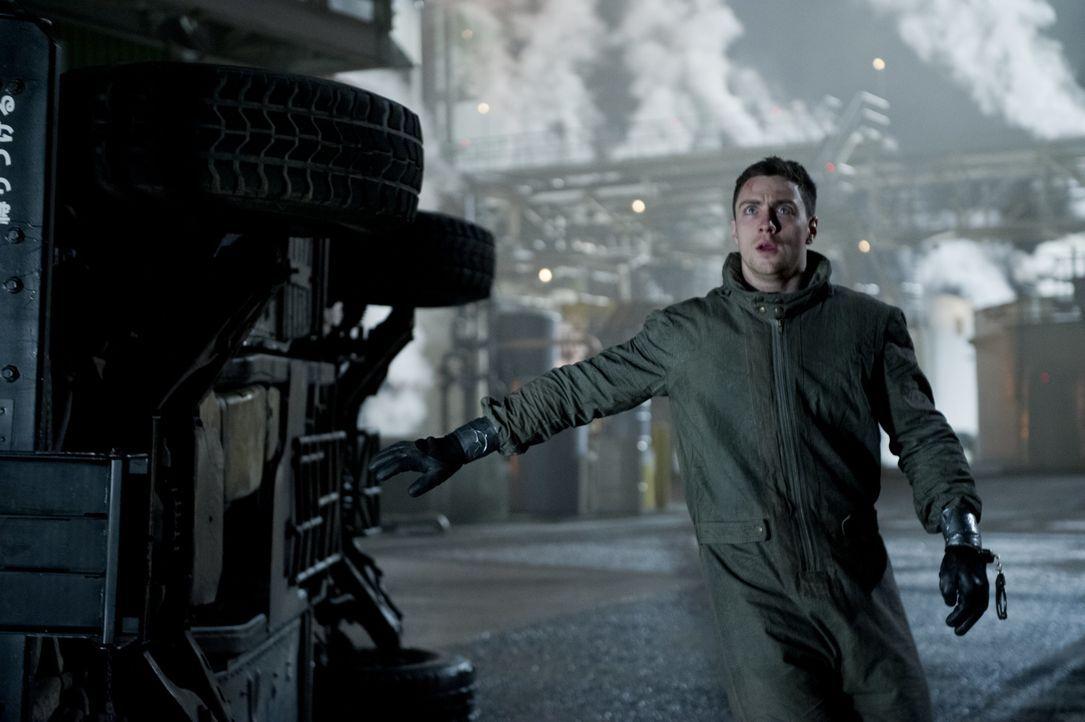 Als Ford Brody (Aaron Taylor-Johnson) mit seinem Vater am ehemaligen Unglücksort ankommen, trauen sie ihren Augen nicht: Das Militär bewacht einen r... - Bildquelle: 2014 © Warner Bros.
