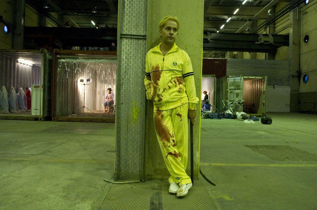 Lässt sich von der CIA-Agentin Marissa Wiegler für den Mord eines kleinen Mädchens anheuern: der skrupellose Barbesitzer Isaac (Tom Hollander) ... - Bildquelle: 2011 Focus Features LLC. All Rights Reserved.