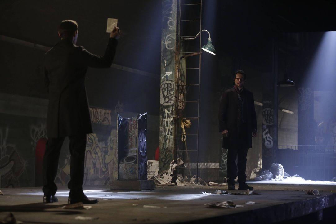 Noch ahnt Adam (Burn Gorman, l.) nicht, dass auch Henry (Ioan Gruffudd, r.) einen Trumpf in der Tasche hat, der sein Leben beenden könnte ... - Bildquelle: Warner Bros. Television