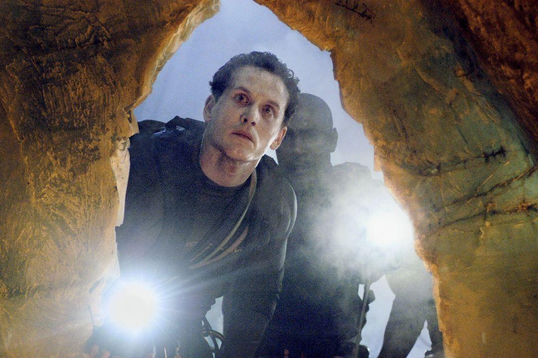 Ein Team von Wissenschaftlern stößt auf ein verborgenes unterirdisches Höhlensystem. Ein Team von Spezialisten (Cole Hauser, l. und Morris Chestnut,... - Bildquelle: Cos Aelenei 2005 Cineblue Internationale Filmproduktionsgesellschaft MbH & Co. 1. Beteiligungs KG.  All Rights Reserved.