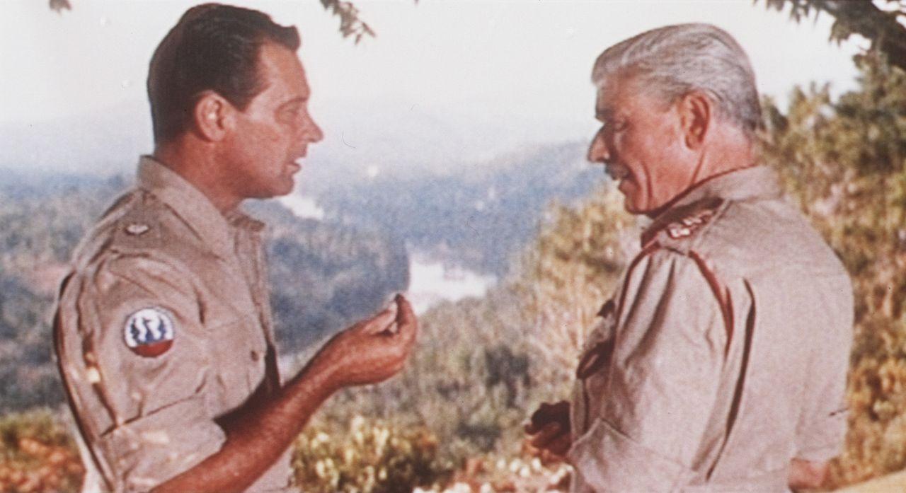 Oberst Green (Andre Morell, r.) überredet Shears (William Holden, l.) an der Sprengung der Brücke am Kwai teilzunehmen ...