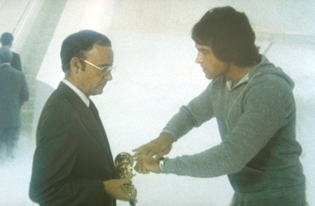 Versehentlich holt der Schutzengel (Buck Henry, M.) den Football-Champion Joe Pendleton (Warren Beatty, r.) von der Erde ... - Bildquelle: Paramount Pictures