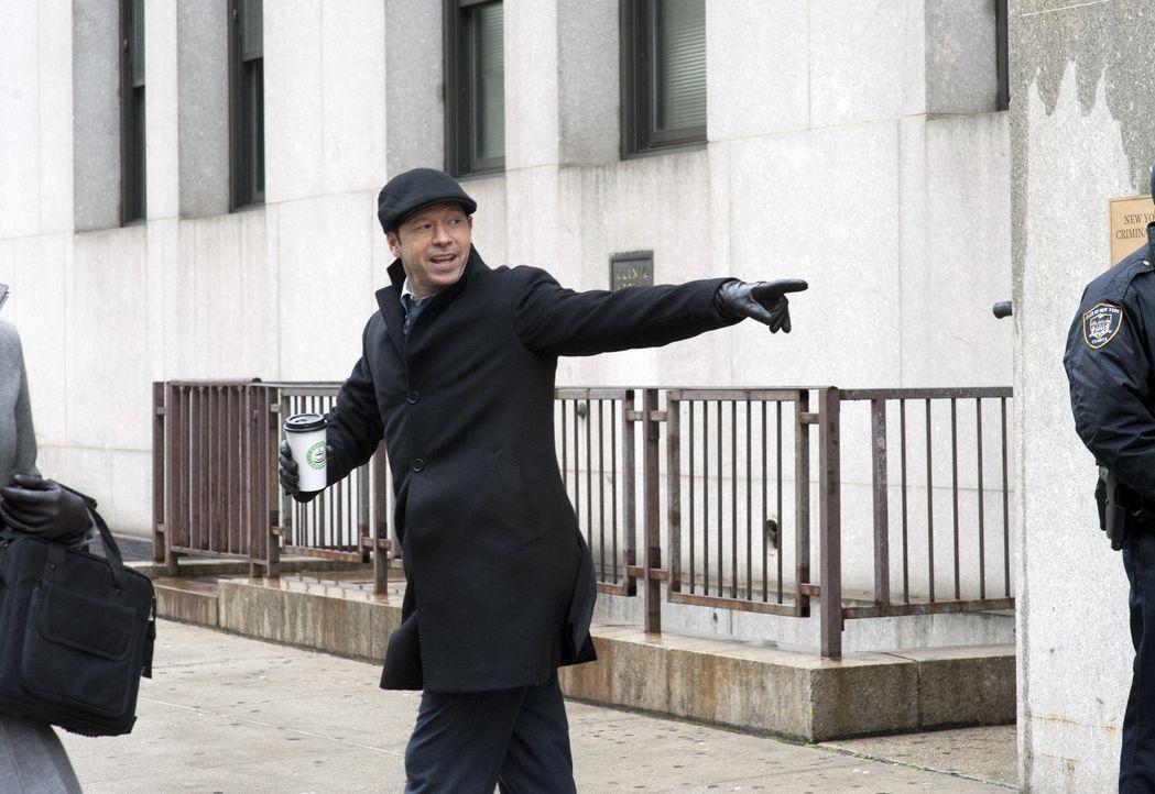 Ein Geheimnis gegen einen Gefallen: Danny (Donnie Wahlberg) wird von seiner Schwester auf dem Laufenden gehalten ... - Bildquelle: Jojo Whilden 2011 CBS Broadcasting Inc. All Rights Reserved