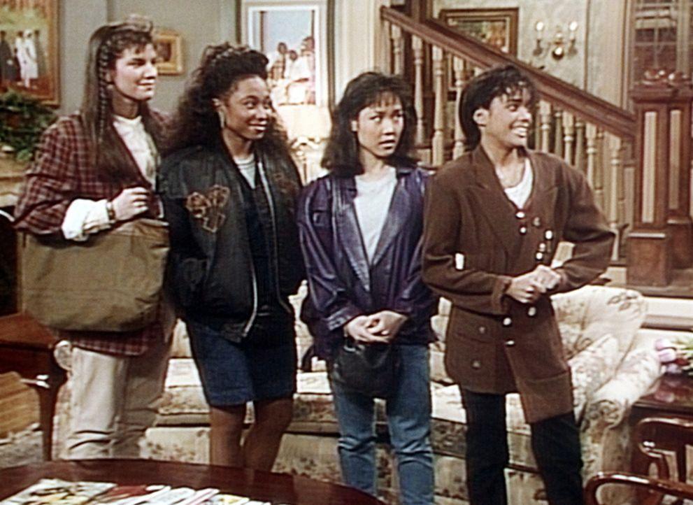 Bevor Denise zu Hause eintrifft, sind bereits ihre Freundinnen gekommen, die Denise sofort mitnehmen wollen. - Bildquelle: Viacom