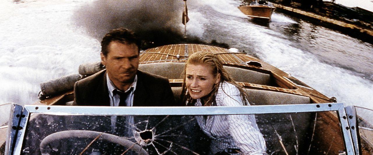 Zusammen mit Elsa (Alison Doody, r.) versucht Indy (Harrison Ford, l.), per Schnellboot vor den schwer bewaffneten Männern zu fliehen. Doch die las... - Bildquelle: Paramount Pictures