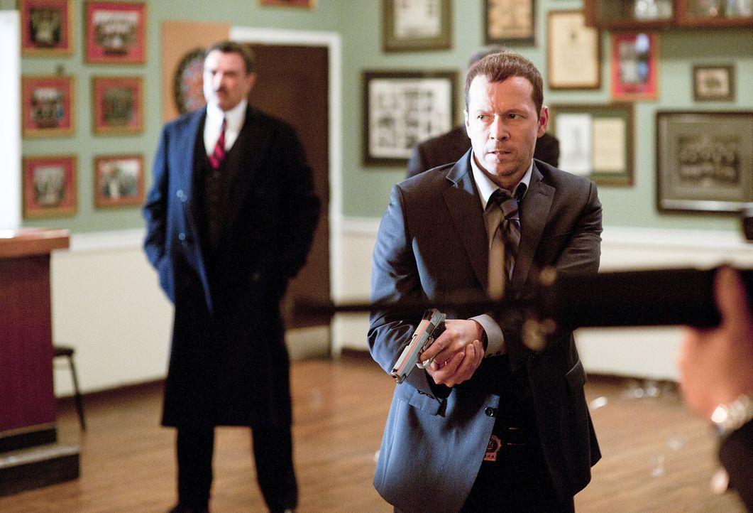 Danny (Donnie Wahlberg, r.) und Frank (Tom Selleck, l.) sind mehr als überrascht als sie sehen, dass ihnen die Mitglieder der blauen Templer nicht u... - Bildquelle: 2010 CBS Broadcasting Inc. All Rights Reserved
