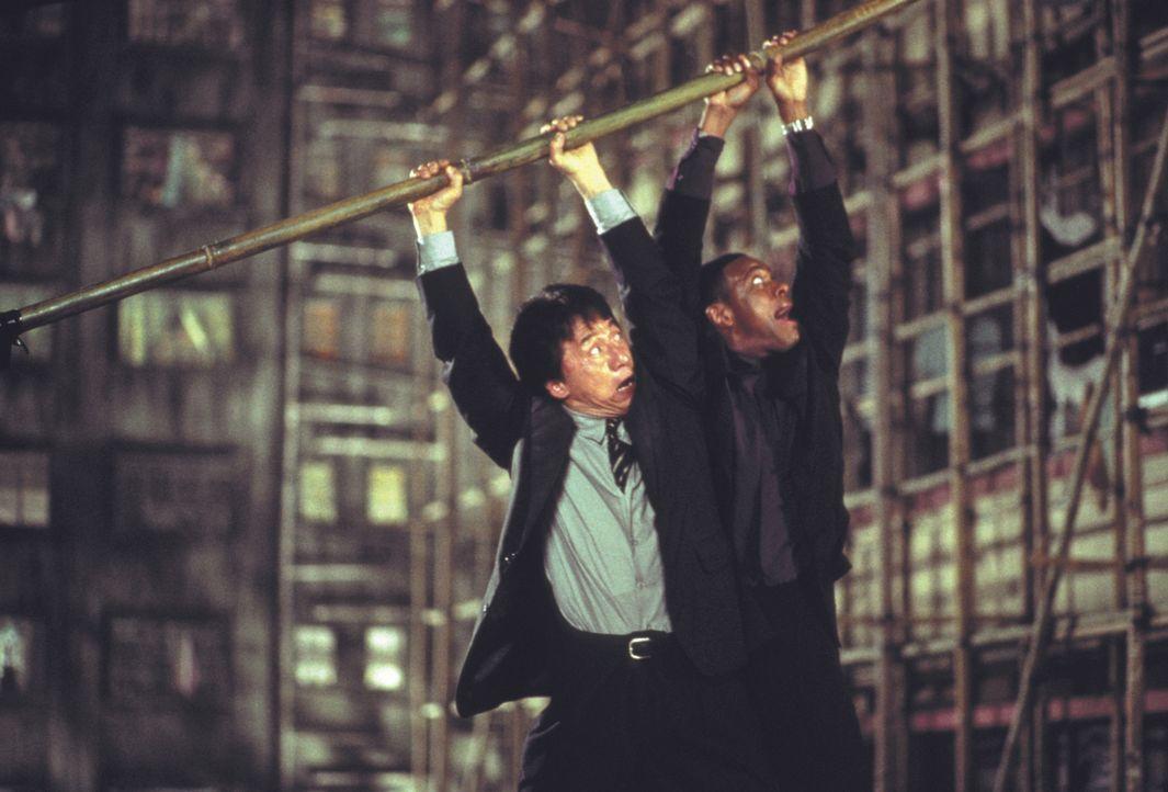 Ihr Urlaub in Hongkong endet für Lee (Jackie Chan, l.) und Carter (Chris Tucker, r.) ganz anders, als geplant ... - Bildquelle: Warner Bros.