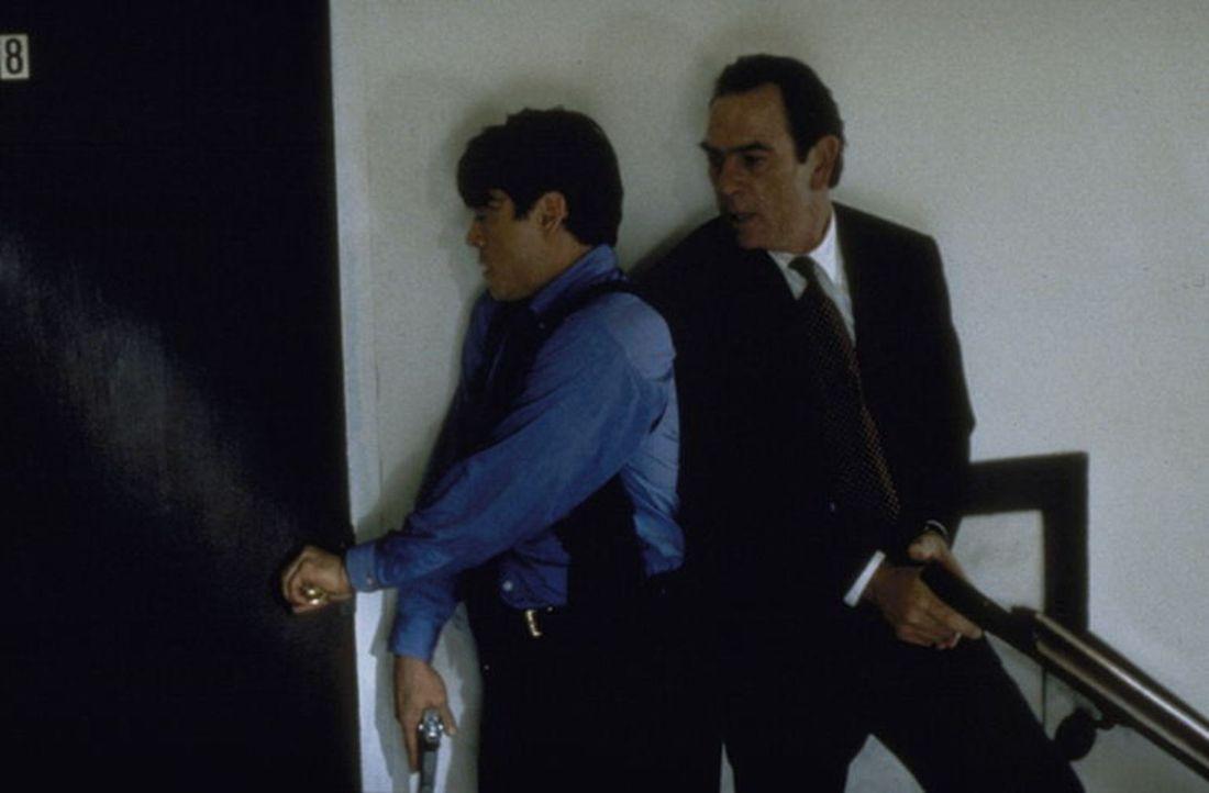 Auf der Jagd nach dem flüchtigen Verbrecher Mark Sheridan: Chief Deputy Marshall Samuel Gerard (Tommy Lee Jones, r.) und Kollege John Royce (Robert... - Bildquelle: Warner Bros.