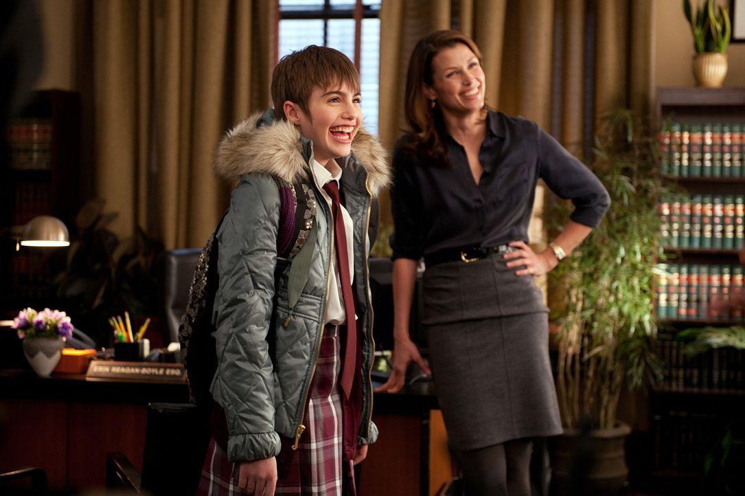 Nach der Schule geht Nicky (Sami Gayle, l.) ins Büro ihrer Mutter (Bridget Moynahan, r.), wo sie auch deren Chef Charles Rosselini kennenlernt. Wäre... - Bildquelle: 2010 CBS Broadcasting Inc. All Rights Reserved