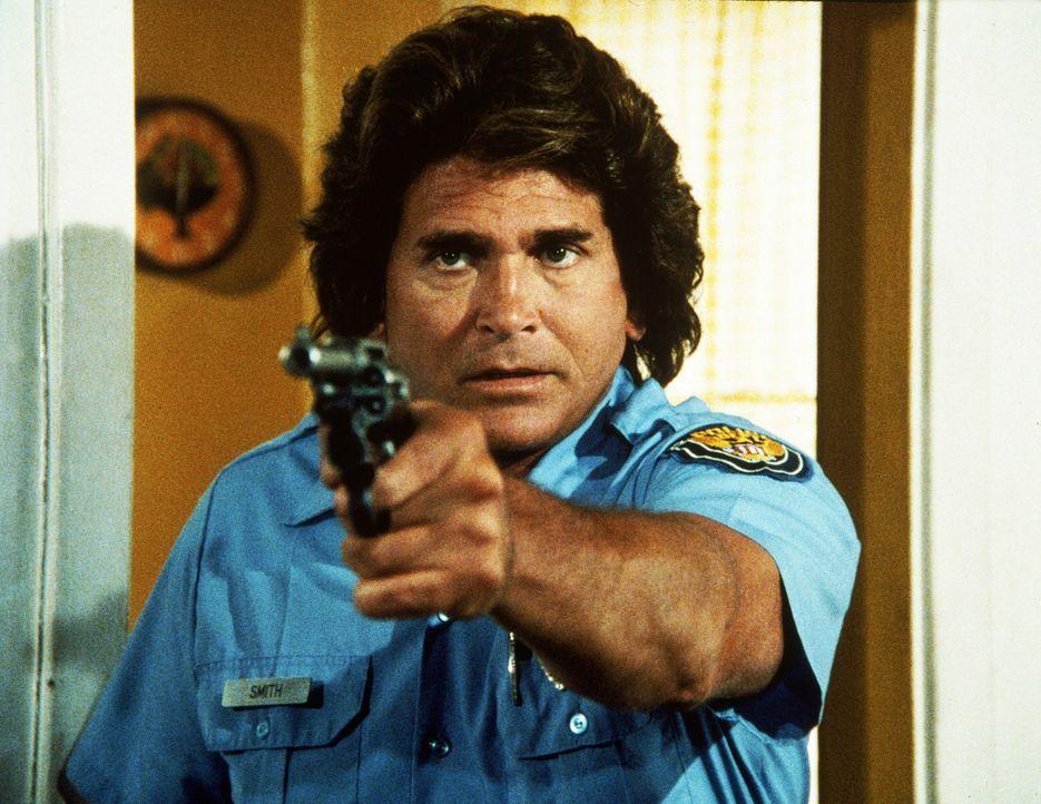 Jonathan (Michael Landon) weiß mit der Pistole leider überhaupt nichts anzufangen. - Bildquelle: Worldvision Enterprises, Inc.