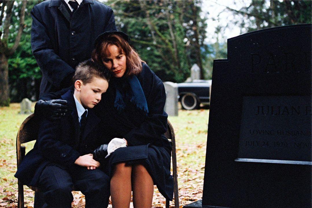 Jean Parker (Barbara Hershey, r.) und ihr Sohn Alan (Jackson Warris, l.) haben den Tod des Ehemannes und Vaters nie überwunden. 20 Jahre später gerä... - Bildquelle: ApolloMedia