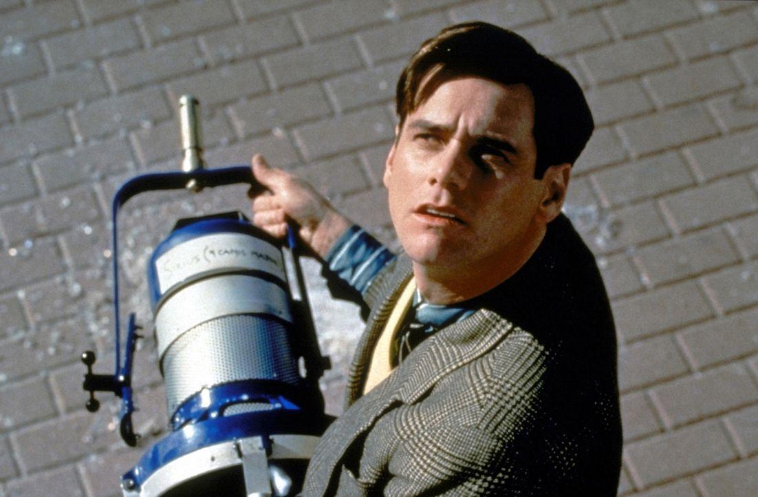 Als aus heiterem Himmel ein Scheinwerfer vor seine Füße stürzt, merkt der ahnungslose Star (Jim Carrey), dass in seiner heilen Welt etwas nicht s... - Bildquelle: Paramount Pictures
