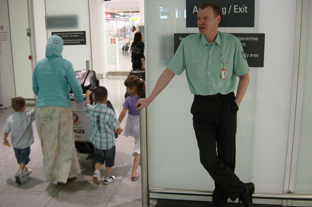 Zöllner Jan Lehmann vom Münchner Flughafen bei der Arbeit. - Bildquelle: kabel eins