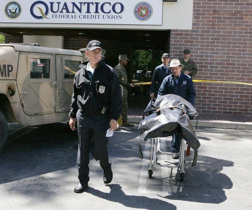 Bei einem Überfall auf die Bank auf dem Navy-Stützpunkt in Quantico, wird ein Wachmann erschossen. Gibbs (Mark Harmon, l.), Ducky (David McCallum, 2... - Bildquelle: CBS Television