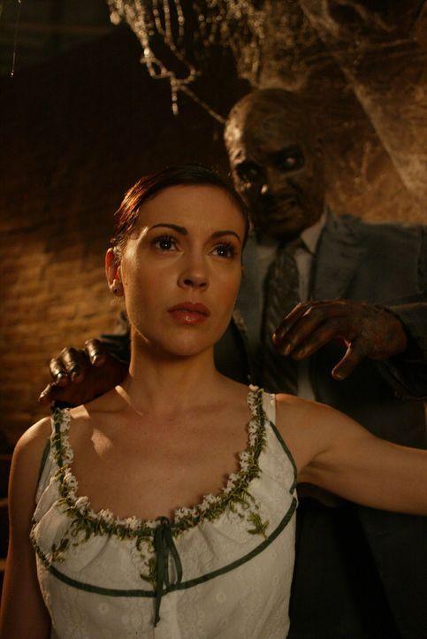 Wird Phoebe (Alyssa Milano, l.) der Vergangenheit entrinnen können? - Bildquelle: Paramount Pictures
