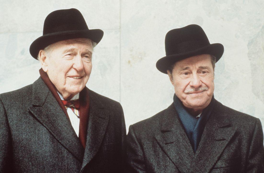 Die wettbegeisterten Milliardäre Mortimer Duke (Don Ameche, l.) und Randolph Duke (Ralph Bellamy, r.) wollen das Leben zweier Menschen in einem zyn... - Bildquelle: Paramount Pictures