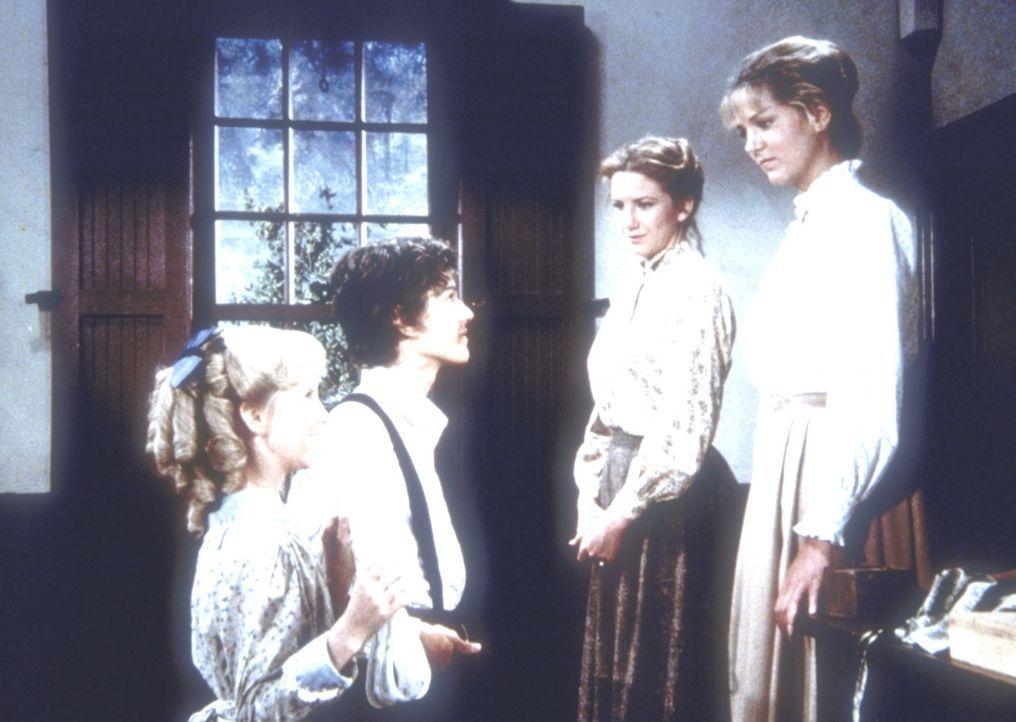Willie (Jonathan Gilbert, 2.v.l.) und Nancy (Allison Balson, l.) übergeben Laura (Melissa Gilbert, 2.v.r.) ein Abschiedsgeschenk. Etta Plum (Leslie... - Bildquelle: Worldvision