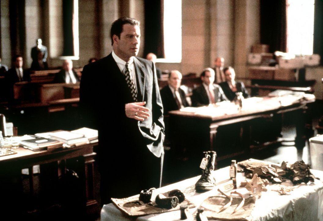 Um den exzellenten Gegenanwalt aus der Reserve zu locken, muss Jan Schlichtmann (John Travolta) immer neue Beweise präsentieren. Der Sieg rückt in... - Bildquelle: Paramount Pictures