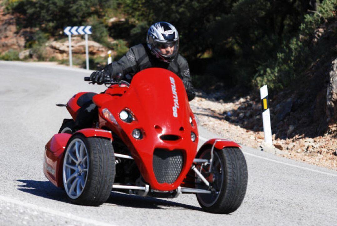 """""""Abenteuer Auto""""-Moderator Jan Stecker testet ein 175 PS starkes Dreirad mit einem BMW-Motorradmotor: den GG Taurus - Bildquelle: kabel eins"""