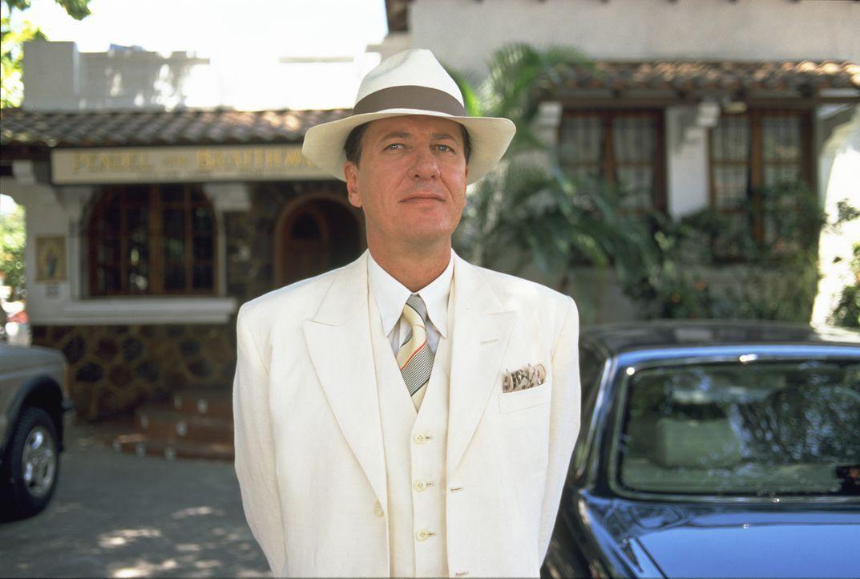 Ehe Harry (Geoffrey Rush) sich versieht, hat er eine internationale Militärkrise ausgelöst ... - Bildquelle: 2003 Sony Pictures Television International.