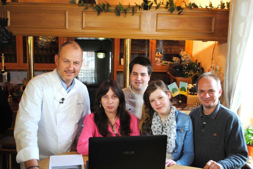 """Sylvia (2.v.l.) und Markus (r.) führen das Gasthaus """"Zur guten Laune"""" mehr schlecht als recht. Kann Frank Rosin (l.) der Familie helfen? - Bildquelle: kabel eins"""