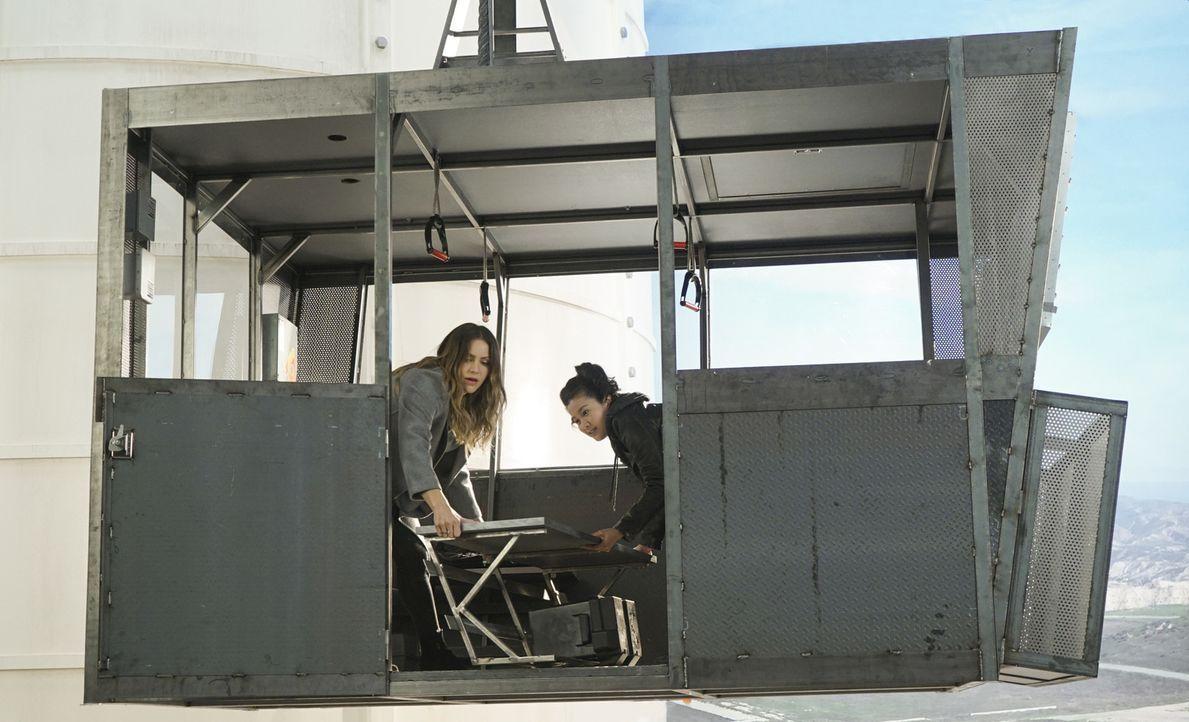 Als Paige (Katharine McPhee, l.) und Happy (Jadyn Wong, r.) in einer Gondel festsitzen, die droht, in wenigen Minuten abzustürzen, muss der Rest des... - Bildquelle: Monty Brinton 2017 CBS Broadcasting, Inc. All Rights Reserved.