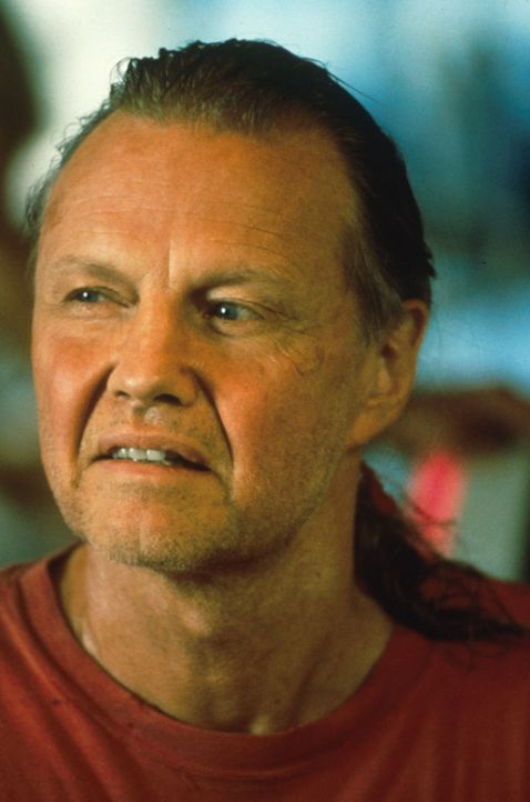 Der skrupellose Schlangenfänger Sarone (Jon Voight) lockt eine Gruppe Dokumentarfilmer in das Revier eines Monster-Reptils, um sie als lebende Köd... - Bildquelle: Columbia TriStar