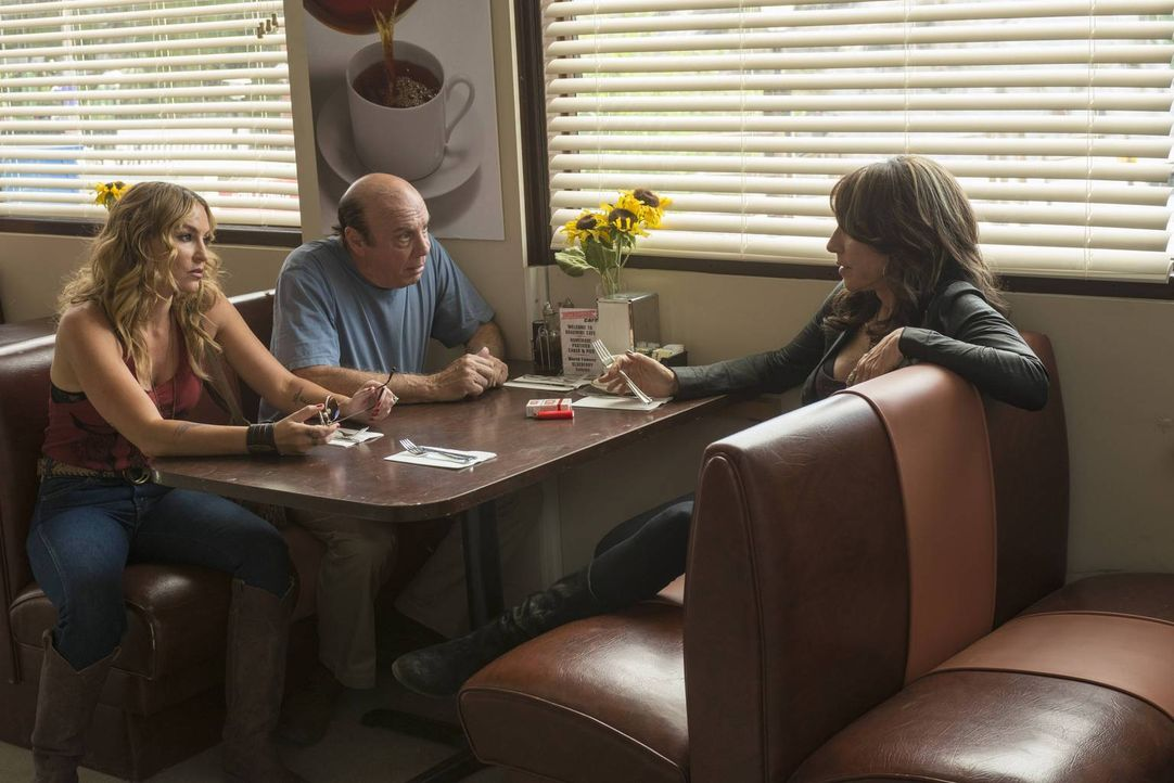Sollte Gemma (Katey Sagal, r.) Wayne (Dayton Callie, M.) und Wendy (Drea de Matteo, l.) die Wahrheit über sich und Juice erzählen, droht ein Bandenk... - Bildquelle: Prashant Gupta 2013 Twentieth Century Fox Film Corporation and Bluebush Productions, LLC. All rights reserved.