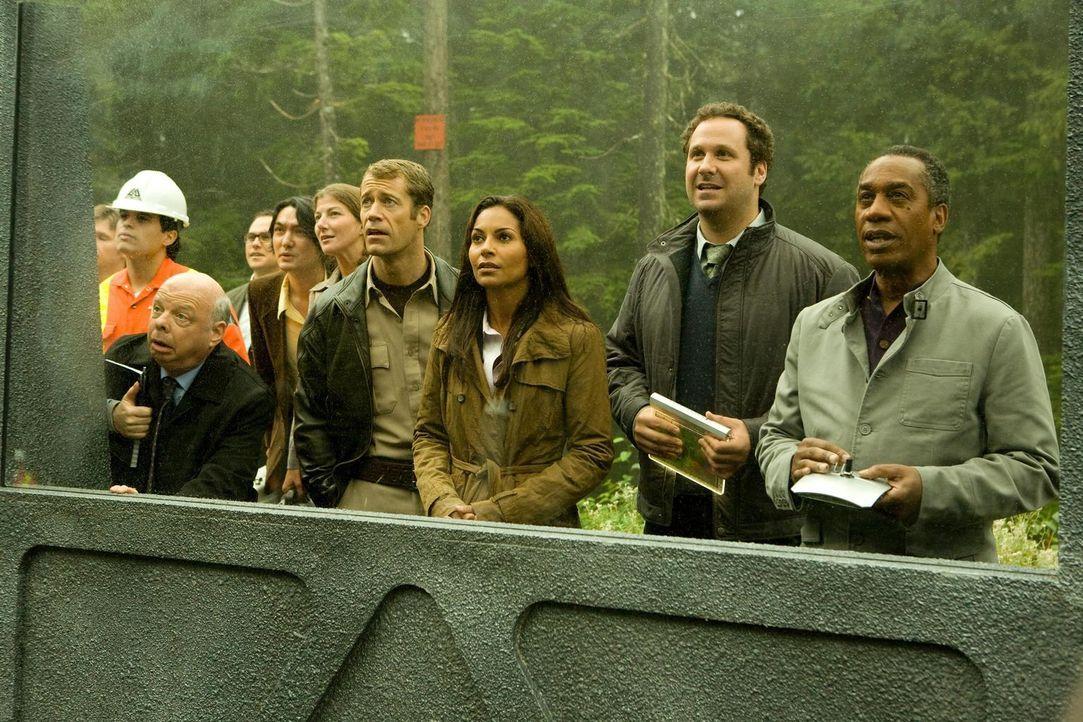 In Eureka dreht sich alles um die Astraeus-Mission: Warren Hughes (Wallace Shawn, 2.v.l.), Carter (Colin Ferguson, 4.v.r.), Allison (Salli Richardso... - Bildquelle: Universal Television