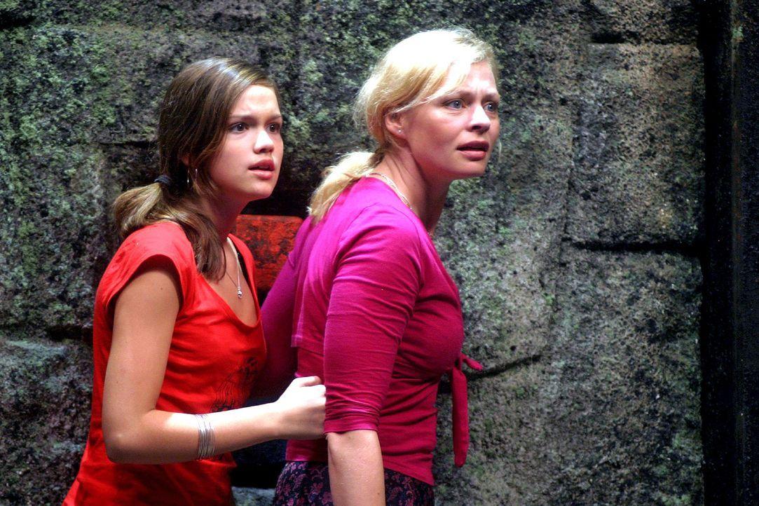 """Die erste """"Manatu""""-Strafrunde findet in einem Felstrichter im Dschungel statt. Nikki (Emilia Schüle, l.) und Laura (Susanna Simon, r.) wissen nicht... - Bildquelle: Oktavian Cocolos Sat.1"""