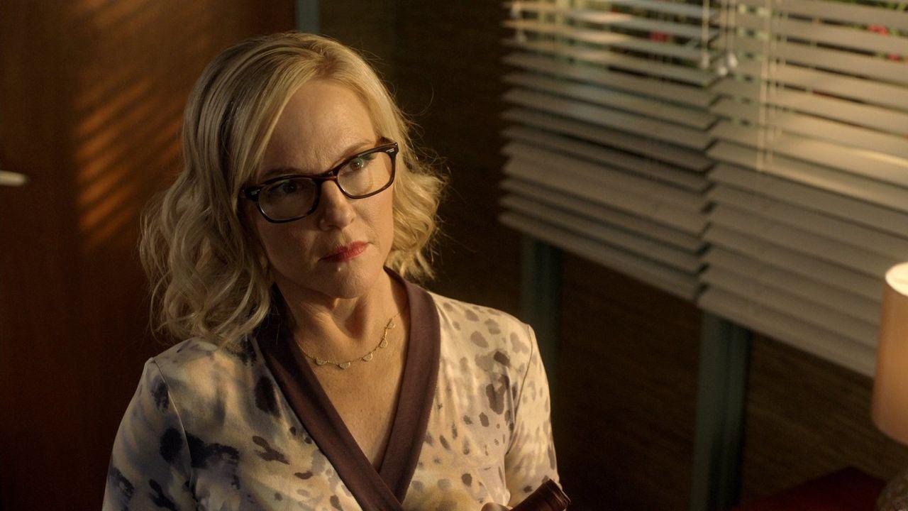 Als Charlotte Linda (Rachael Harris) zwingt, ihr mit der Verletzung zu helfen, gerät die Psychologin schließlich in Lebensgefahr ... - Bildquelle: 2016 Warner Brothers