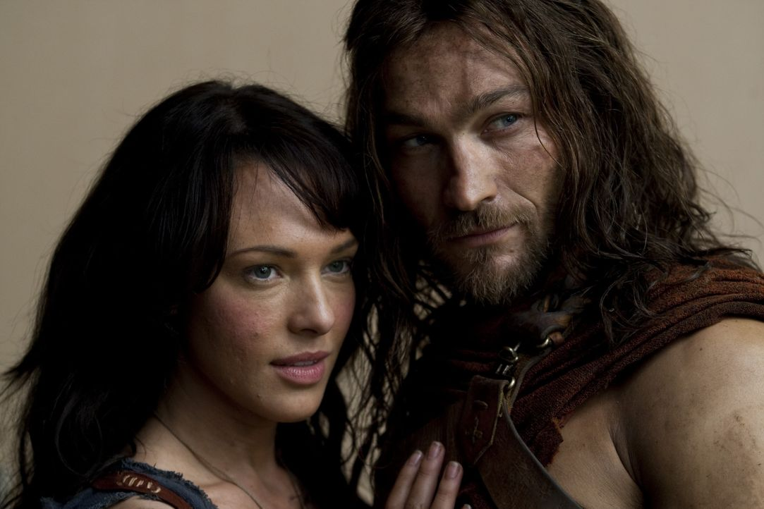 Nachdem der thrakische Heeresführer Spartacus (Andy Whitfield, r.) den Römern die Gefolgschaft aufkündigt, beginnt für ihn und seine über alles... - Bildquelle: 2010 Starz Entertainment, LLC