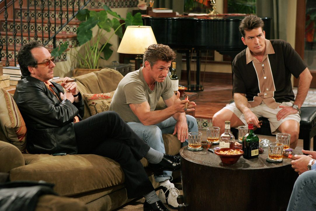 Charlie (Charlie Sheen, r.) und seine Freunde: Elvis Costello (Elvis Costello, l.) und Sean Penn (Sean Penn, M.) ... - Bildquelle: Warner Bros. Television