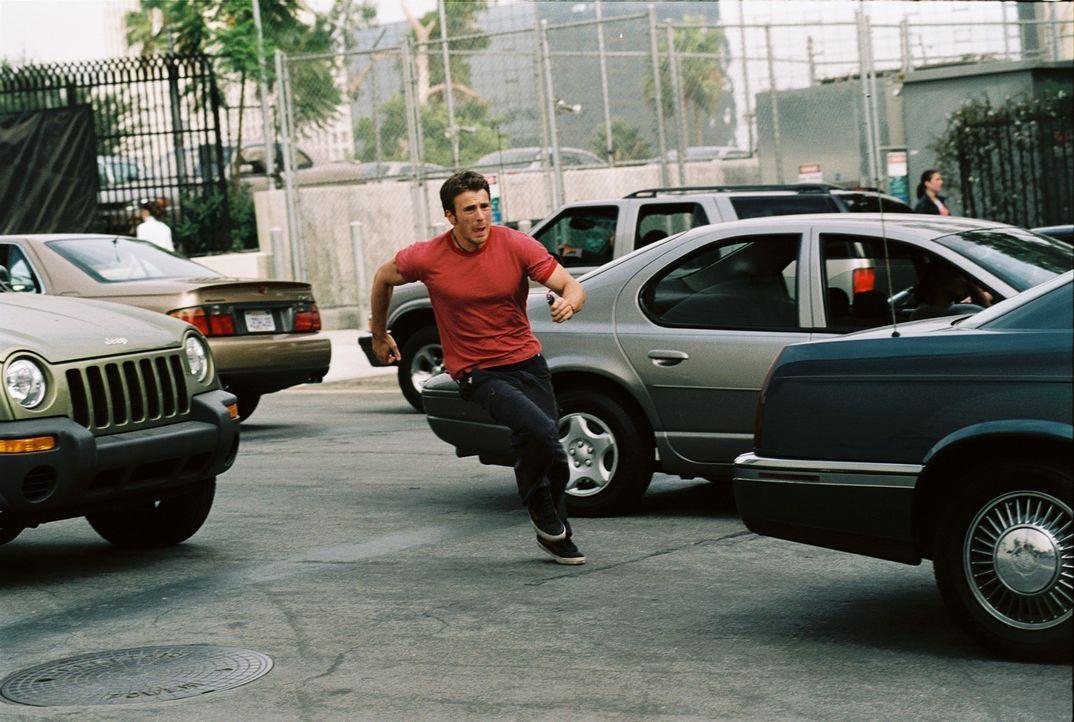 Als Ryan (Chris Evans) Jessicas Spur aufnimmt, gerät auch sein Leben in Gefahr. Je mehr er erfährt, desto tiefer gerät er in ein Wespennnest, in... - Bildquelle: Warner Bros. Pictures