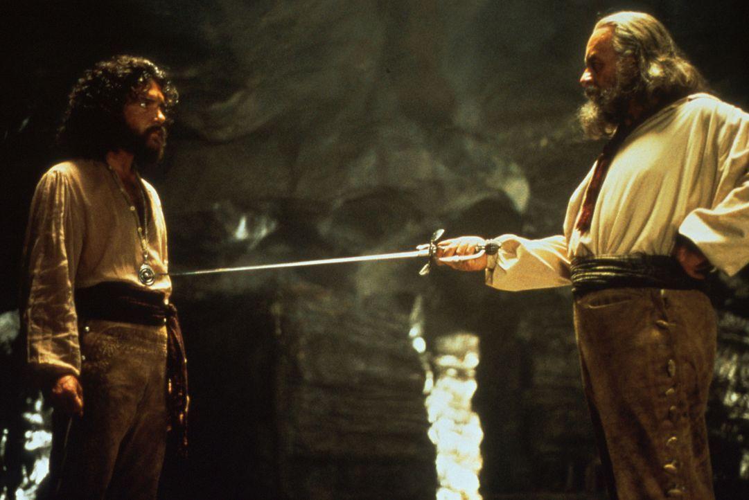 Don Diego de la Vega (Anthony Hopkins, r.) nimmt den jungen Alejandro (Antonio Banderas, l.) unter seine Fittiche und bildet ihn zum neuen Zorro aus... - Bildquelle: Columbia Pictures