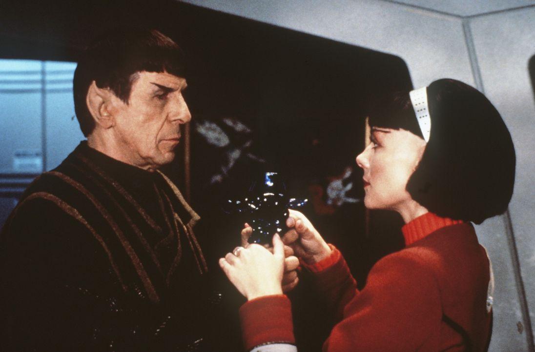 Capt. Kirk (William Shatner, l.) teilt seiner ehemaligen Schülerin Lt. Valeris (Kim Cattrall, r.) mit, dass dies seine letzte Reise mit der ?Enterp... - Bildquelle: Paramount Pictures