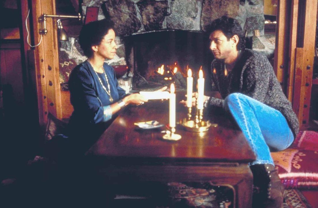 Rose (Rae Dawn Chong, l.) kann Hatch (Jeff Goldblum, r.) einen wichtigen Hinweis geben ... - Bildquelle: TriStar Pictures