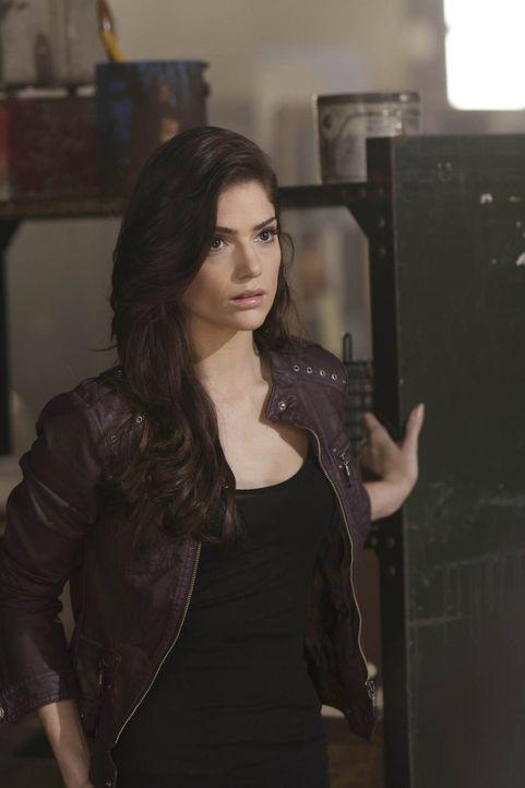 Ames (Janet Montgomery) ist über die Hilfe von Kollege Chance überrascht... - Bildquelle: 2011  Warner Bros.