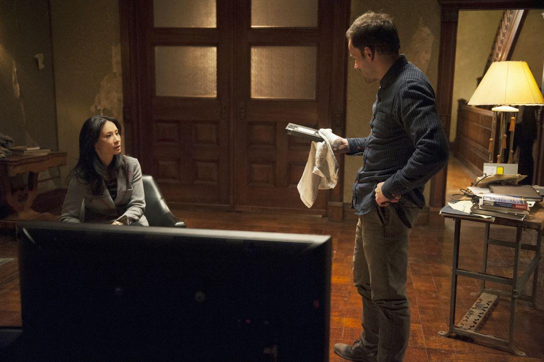 Zusammen versuchen sie, einen neuen Fall aufzuklären: Sherlock Holmes (Jonny Lee Miller, r.) und Joan Watson (Lucy Liu, l.) ... - Bildquelle: CBS Television
