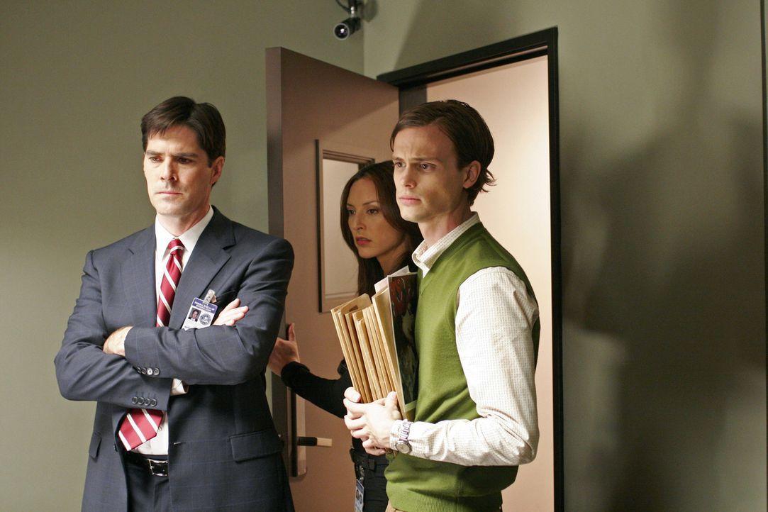 Gemeinsam versuchen Dr. Spencer Reid (Matthew Gray Gubler, r.), Agent Aaron Hotchner (Thomas Gibson, l.) und Agentin Elle Greenway (Lola Glaudini, M... - Bildquelle: Touchstone Television