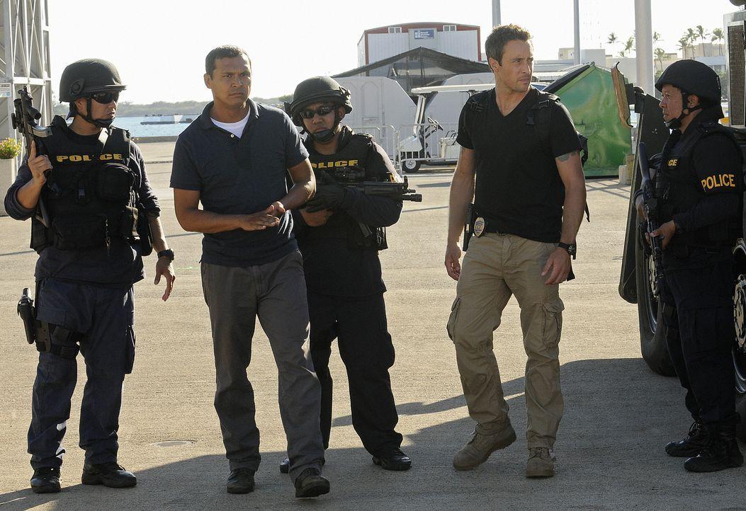 Graham (Adam Beach, 2.v.l.) wird beschuldigt, seine Ehefrau ermordet zu haben, doch er schwört, damit nichts zu tun zu haben. Da er es allerdings ni... - Bildquelle: TM &   2010 CBS Studios Inc. All Rights Reserved.