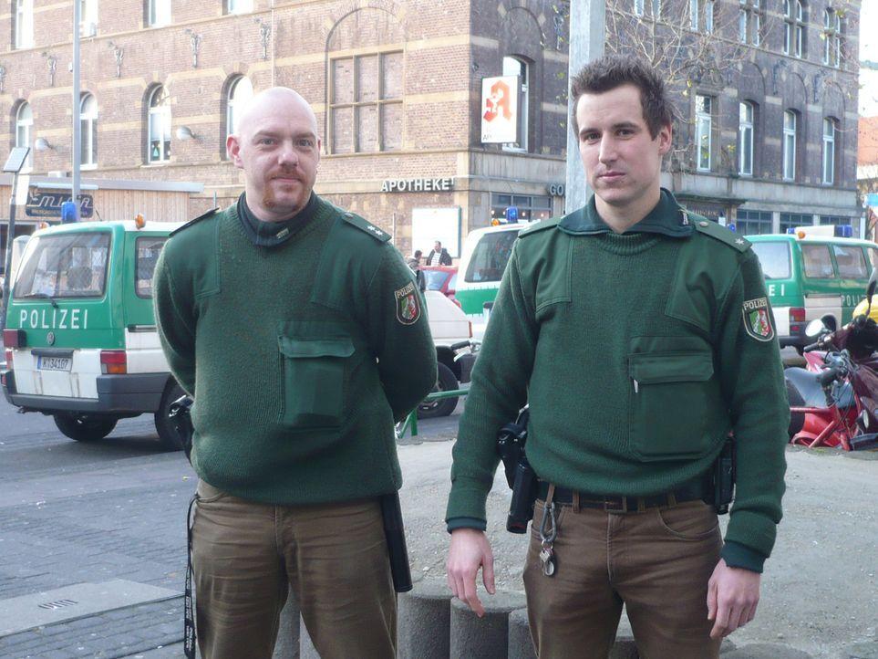 Die Kölner Polizisten Michael (l.) und Christoph (r.) versuchen auf ihrer nächtlichen Streife einen Einbruch aufzuklären. - Bildquelle: kabel eins