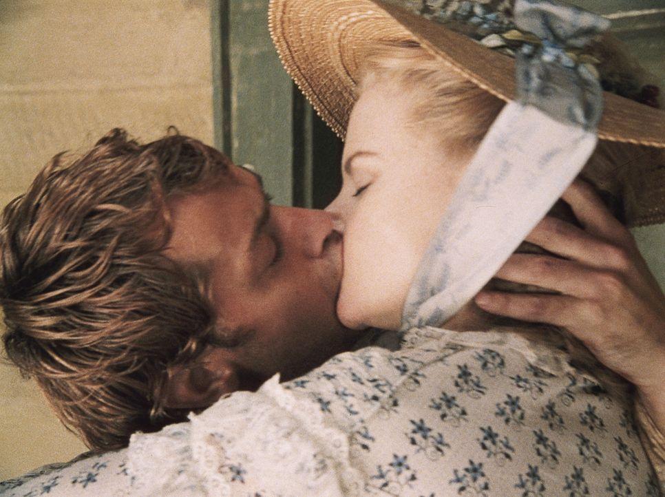 North Carolina, um 1860: Ein einziger Kuss, mehr Zeit bleibt Pfarrerstochter Ada (Nicole Kidman, r.) und Inman (Jude Law, l.) nicht für ihre Liebe.... - Bildquelle: Phil Bray MIRAMAX Films/Dimension Films. All Rights Reserved.